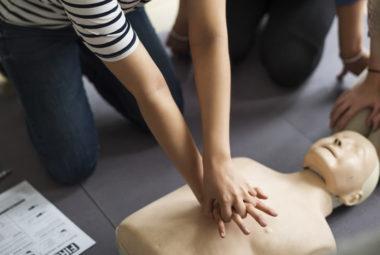 massaggio cardiaco su manichino durante corso di primo soccorso