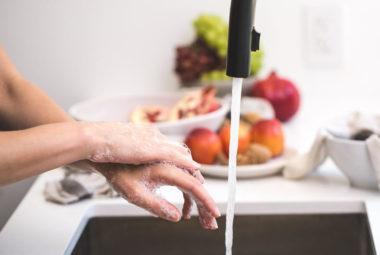 Lavaggio delle mani pre trattamento degli alimenti