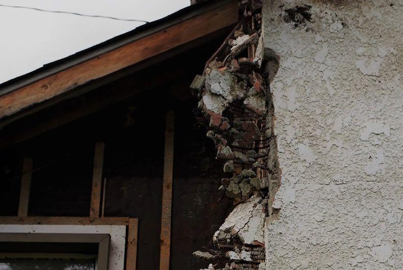 muratura semi distrutta analizzata durante un'indagine ambientale