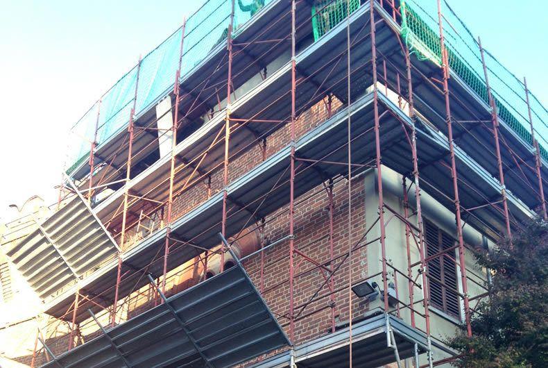 Ponteggi installati durante la ristrutturazione di un edificio