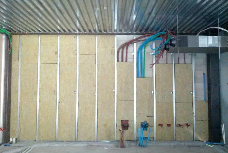 pannelli ricoprenti grossi cavi in parete interna