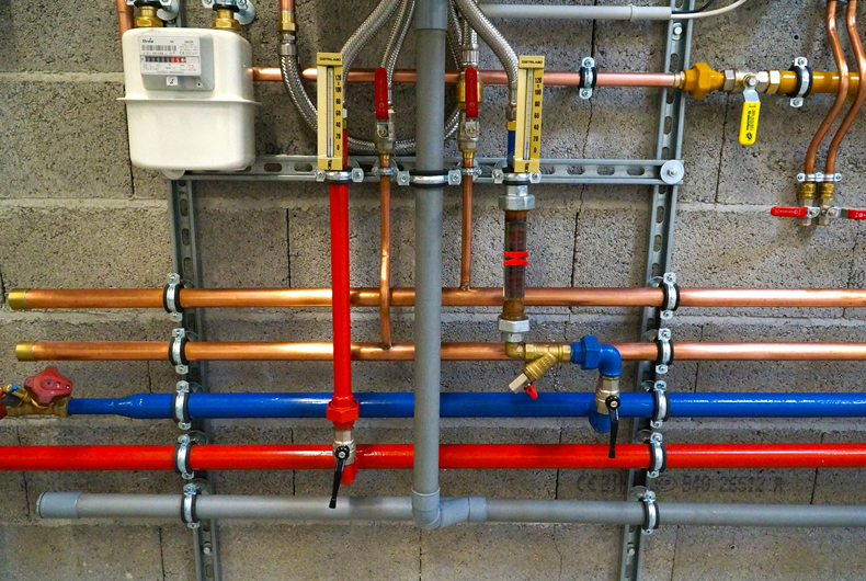 sistema di tubazioni in un luogo di lavoro