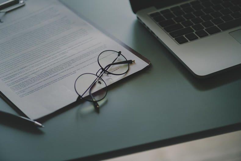 scrivania con occhiali