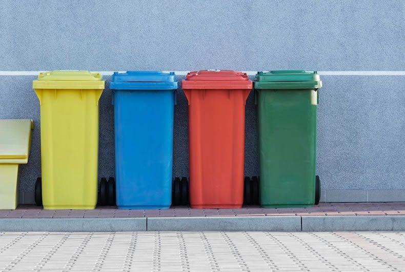 Cassonetti piccoli per rifiuti di vari colori