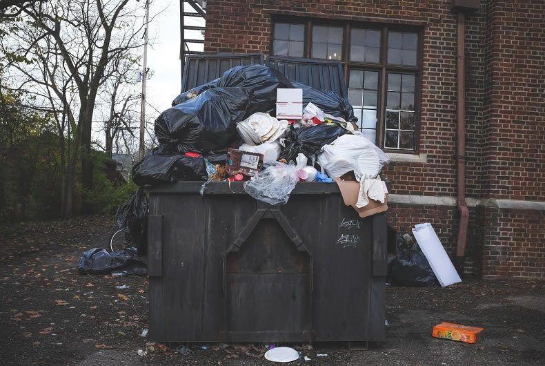 Cassonetto ricolmo di rifiuti