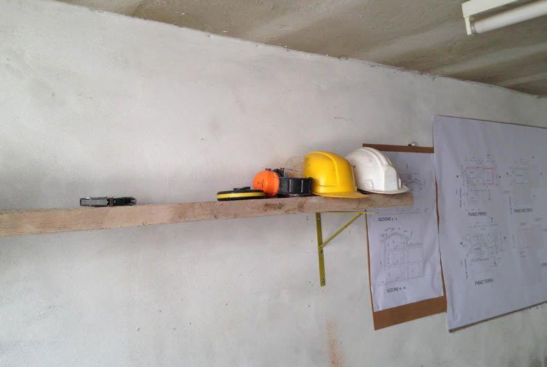 Caschetti di lavoro e piante del nuovo appartamento