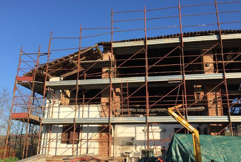 Ponteggi durante la costruzione nuovo edificio