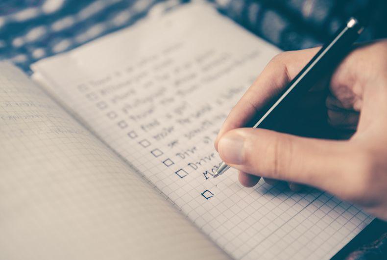 scrittura elenco cose da fare con carta e penna