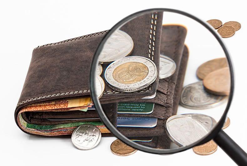 Portafoglio Con All'interno Denaro E Carte