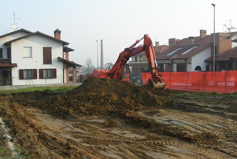 Scavo del terreno con escavatrice per successiva costruzione