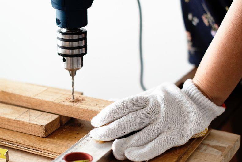 listelle di legno perforate con trapano