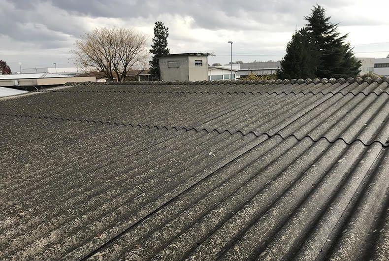 foto di una copertura di tetto in cemento amianto